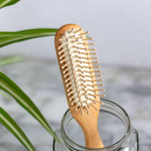 Cepillo alargado con púas de madera para cabello