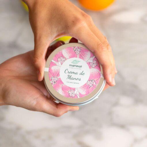crema de manos natural envasada en lata metálica