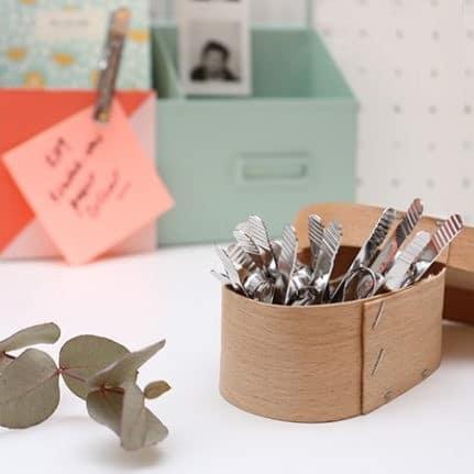detalle escritorio pinzas de acero para sujetar notas