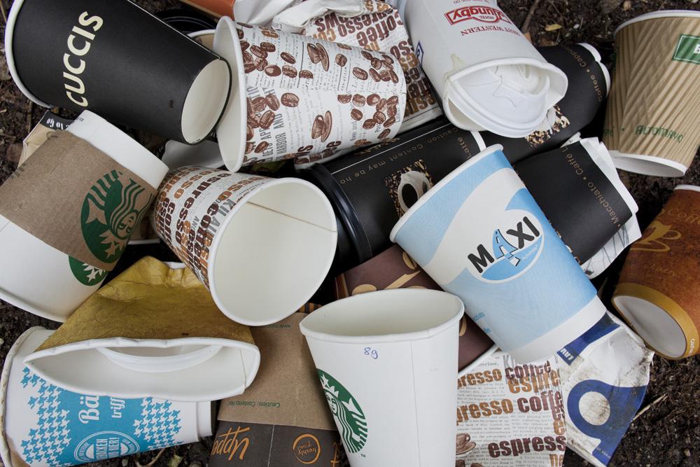 vasos de café desechables basura