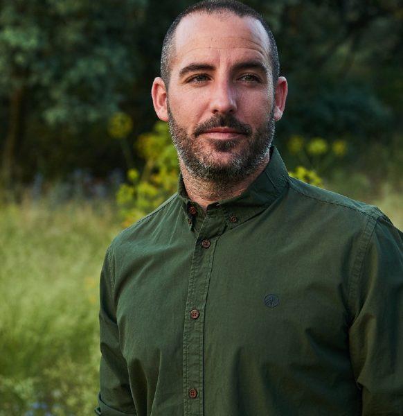 Primer-plano-camisa-verde-militar-hombre-manga-larga