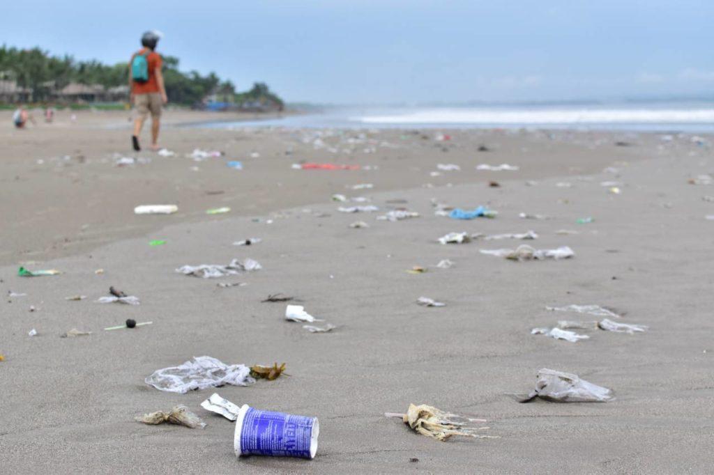 Viajar sin plástico. Contaminación playa