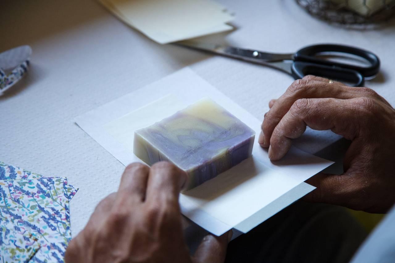 manos empaquetando jabón natural Naturavia