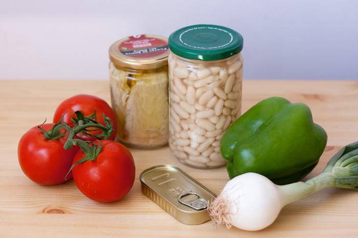 Tomates, alubias blancas, cebolleta, pimiento verde, anchoas, bonito, perejil