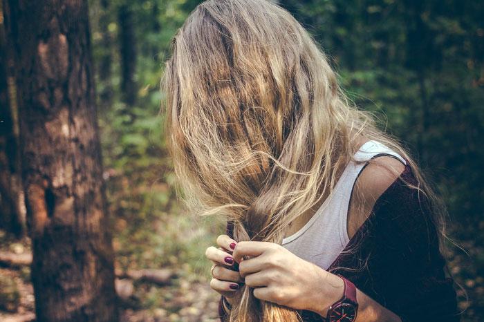 pelo chica rubio bosque trenza ecologia sostenibilidad recomendacion