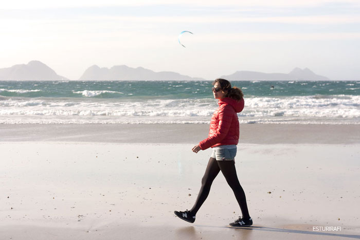Power Walking. caminar por la playa, galicia, islas cies, mar, playa de patos, nigran