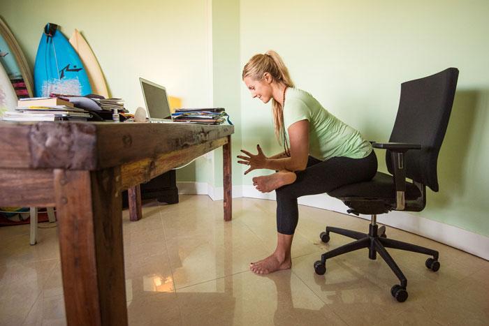 Estar sentado mucho tiempo perjudica la salud. Yoga en el trabajo yogagirl Rachel Brathen